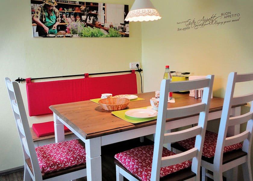 Auch in kleinen Küchen kannst du mit den richtigen Sitzmöbeln einiges aus dem vorhandenen Platz machen.
