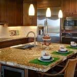 Korbstühle passen auch für rustikale Küchen