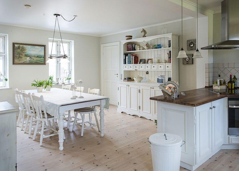 Egal ob farbig lackiert oder naturbelassen: für den perfekten Landhaus-Charme eignen sich verspielte Küchenstühle richtig gut.