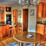 Küchenhocker und verspielte Lehnstühle