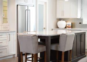 Mit Barhockern und hohen Tresen kannst du bei Nichtbenutzung den Platz im Raum enorm erweitern.