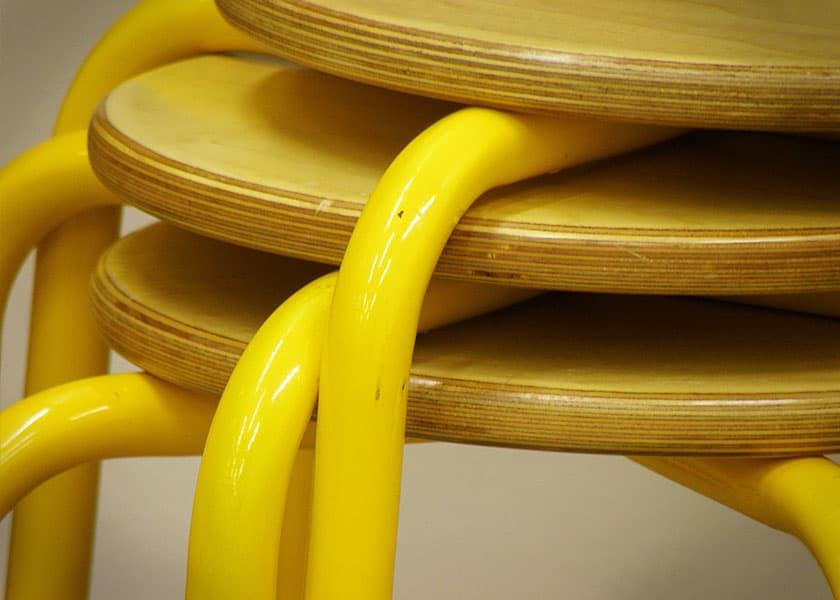 Einige Küchenhocker lassen sich stapeln oder zusammenklappen. Minimaler Platzbedarf bei Nichtgebrauch.