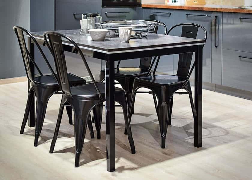 Stapelbare Küchenstühle sind vor allem in Restaurants, WGs und Garten sehr beliebt. Denn hier müssen schnell udn flexibel Sitzflächen für kommende Gäste geschaffen werden.