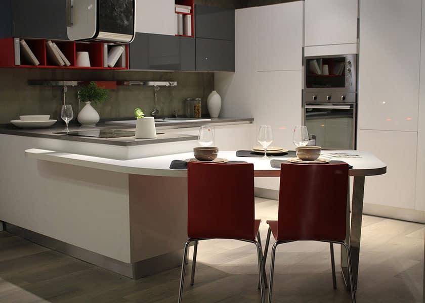 Eine moderne Küche zeichnet sich durch edle und schnörkellose Fronten und klare Formen aus. Das sollten die Küchenstühle auch wieder aufgreifen.