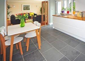 Der skandinavische Stil mit weißen Farbflächen zu hellen Naturholzfarben passt super zu dem puristischem Look einer modernen Küchenzeile.