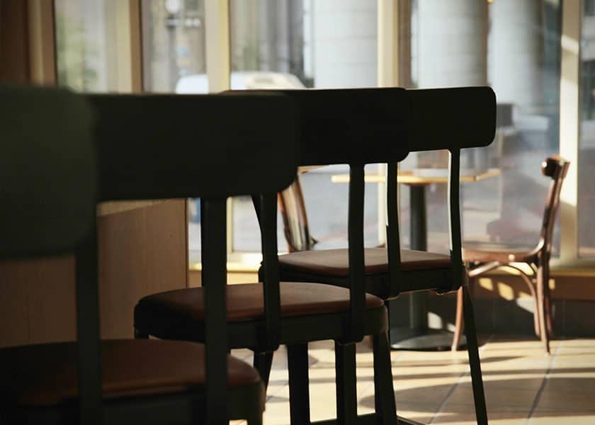 Barhocker sind zeitlos und platzsparend. Besonders gern werden sie an Bars und Tresentischen eingesetzt. Aber auch in heimischen Esszimmern.