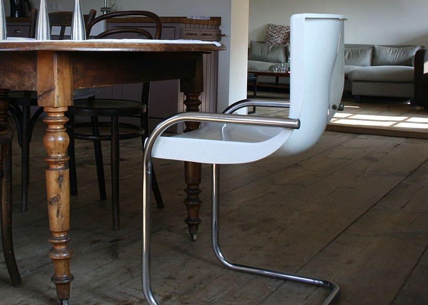Ein moderner Küchenstuhl in Freischwinger Konstruktion. Durch den geschwungenen Rahmen werden Sitzbewegungen sanft abgefedert.